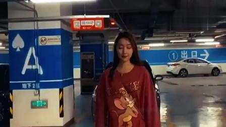 小姐姐在地下车库跳舞,火红的萨日朗跳的非常精彩,就像专业的舞蹈演员!