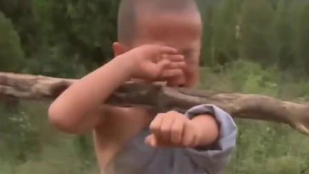 一直想把孩子送少林寺锻炼,可看到这个4岁小和尚,瞬间放弃念头!