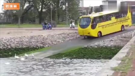 你们要下水就下水,我车上满满的乘客,赶快走开呀