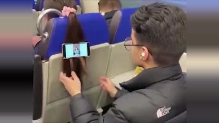 小伙子真是太皮了,夹住陌生人的头发当手机支架,醒来之后不被打才怪!