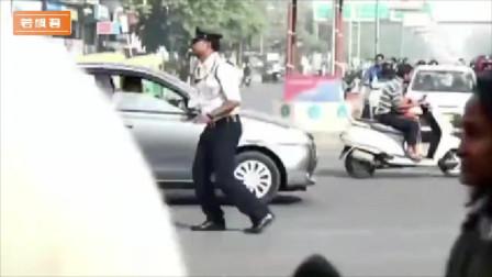 印度交警上班,我没事的话能坐到路边看一整天,一个个的真是太有才了!