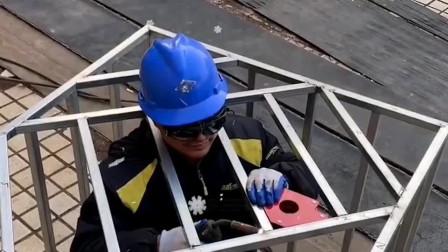 活了这么久,我是第一次见有人把自己焊死在铁笼里,这是一次性员工啊!