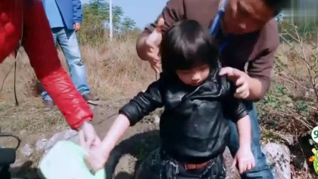 爸爸去哪儿1:Kimi不小心掉水里,不哭不闹。打水很好玩