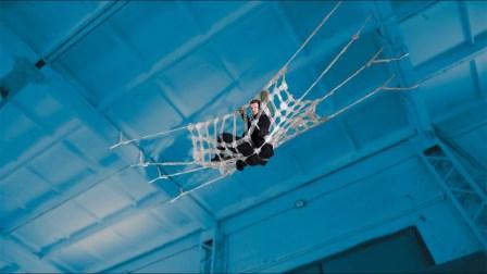 小伙作死挑战,悬挂在天花板上24小时,全程心惊胆战!