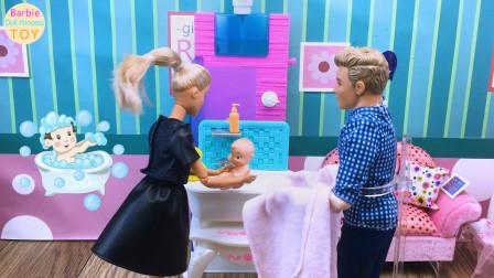 芭比和肯照顾小宝宝,为她洗澡的玩具故事