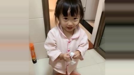 小萝莉两岁就自己洗脸洗脚,妈妈省心了很多
