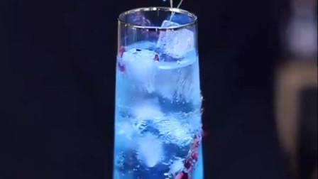 酒吧里见到女神这么喝鸡尾酒,像极了蓝色妖姬蓝玫瑰!