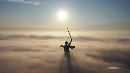 浓雾中的雕像:睥睨四方,宛若战神。