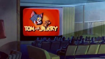杰瑞一直追着汤姆,看到电视在播放节目,两人都停下来了