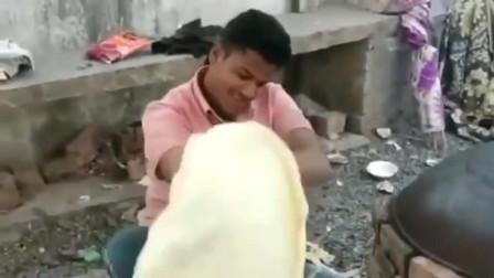 传说中的印度飞饼,用二人转的手法转动,再贴在黑锅上,果然重口味