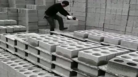 砖厂的河南老板是个人才,自己发明的拿砖神器,工人用着很省力!