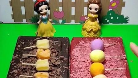 白雪和贝儿做巧克力雪糕,白雪做了好几个,王子的女儿很爱吃