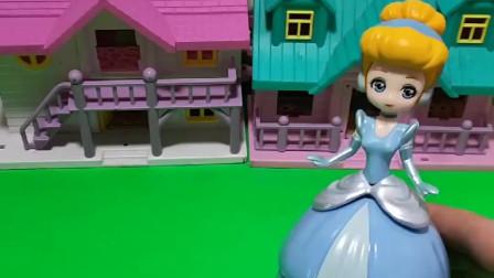 贝尔公主和白雪公主都藏到蛋蛋里玩,母后来了没看到他们怎么办