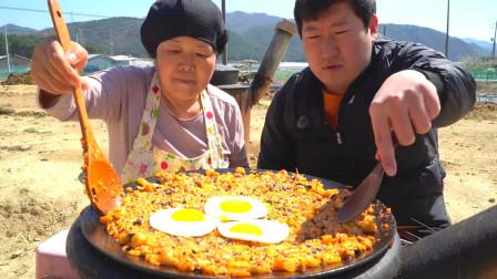韩国大胃王小哥和妈妈一起吃铁锅拌饭一人一大碗太香了吧