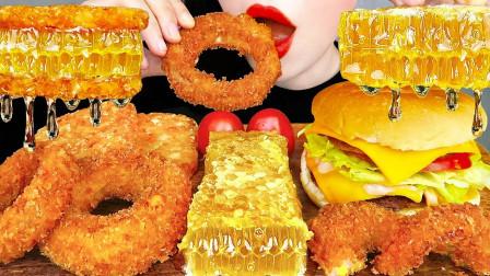 """韩国ASMR吃播:""""双层芝士牛肉汉堡+土豆饼+蜂巢蜜+洋葱圈"""",听这咀嚼音,吃货欧尼吃得真香"""