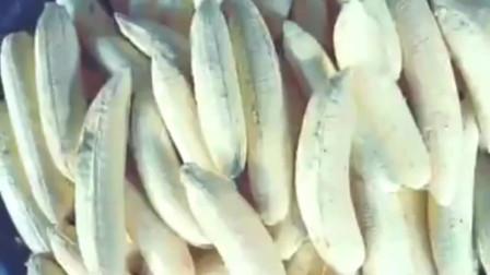 印度的香蕉片是这样做的,总算见识到了,难道他们就不怕切到手吗