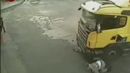 大车司机没系安全带,被另一货车直接撞出窗外!论安全带重要性