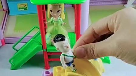 光头强想玩滑梯,姐姐不给他玩,白雪公主看不下去了,给他做了一个