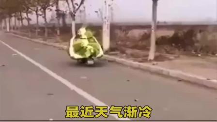 """现实版""""人肉粽子"""",电动车裹棉被上路,成功惊动交警"""
