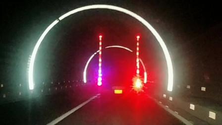 中国的这条隧道里面有灯光带,五光十色非常漂亮