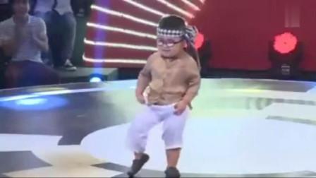 小朋友跳江南style,谁知裤子掉了,全场笑翻了