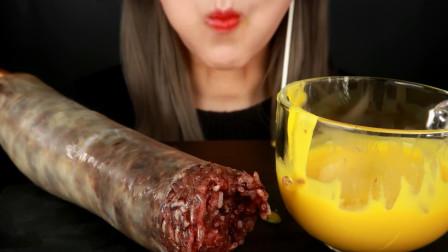 韩国大胃王吃超大血肠,蘸着蛋黄酱往嘴里塞,咀嚼声听着真诱人!
