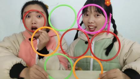 """恶作剧:闺蜜看""""七彩环""""太漂亮当完耳环当帽子,搞笑超逗乐"""