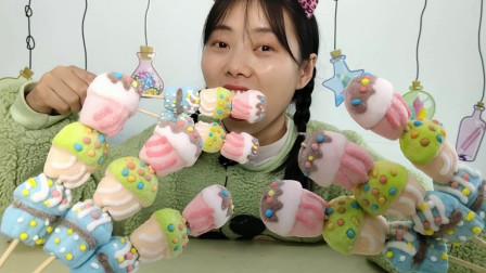 """小姐姐吃""""蛋糕棉花糖串串"""",粉萌漂亮少女心,香甜松软有弹性"""