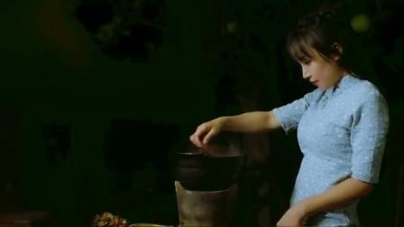 李子柒把核桃仁和杏仁炒熟,再用模具定型制作阿胶固元膏