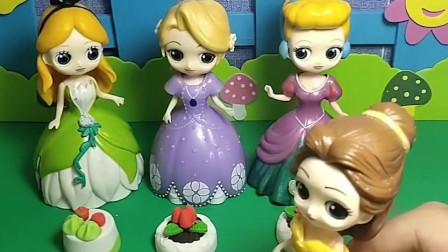 贝儿对白雪公主最好,贝儿给白雪留了草莓蛋糕,你们喜欢现在的贝儿吗?