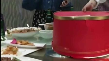 去参加河南同事的生日宴,这是我见过的最奇葩的生日蛋糕!