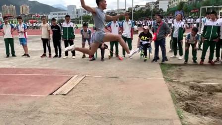 我们体育老师教的,要踩一下跳板才能跳的更远!