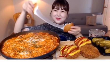 吃播小姐姐:小姐姐吃芝士火鸡面 炸芝士酥饼,这拉丝的效果真是厉害了