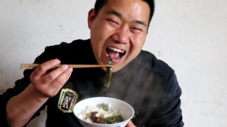 湖南人最能吃辣椒,2斤辣椒,下完2碗饭,看着辣出一身汗