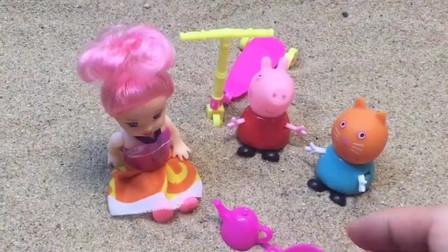 佩奇和小猫凯蒂一起玩过家家,小猫凯蒂还给小宝宝做了饭,佩奇觉得太好玩了!