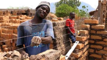 非洲人到底懒到什么程度看他们盖房子真的要急死人