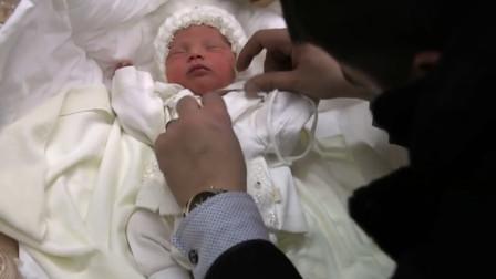 新生宝宝第一次回家!当爸爸解开包被时,瞬间被眼前一幕给萌化了