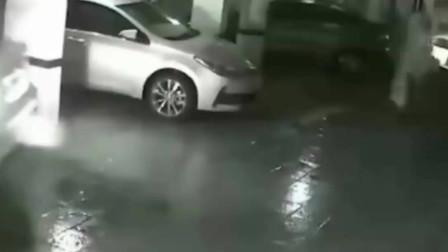 美国男子开车被尾随抢劫,劫匪差点儿成轮下鬼,监控拍下全过程