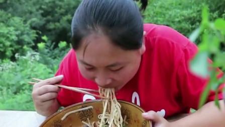胖妹吃肥肠螺蛳粉,沾满汤汁吃一口看饿了,这吃相绝了