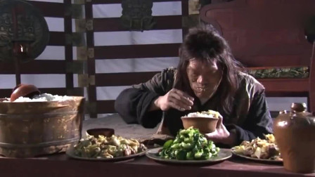 小伙饭量惊人,嫌筷子太麻烦,直接上手抓,往嘴里填,真饕餮啊!