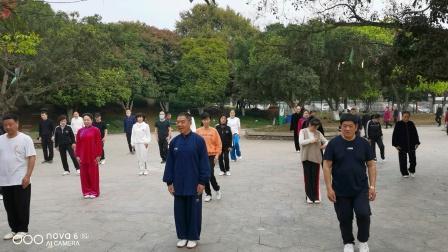 杨老师与学生在龙港公园晨练42式太极拳2020年4月7日。