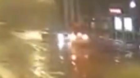 小车路口转弯不让直行 致两车相撞现场多车受损