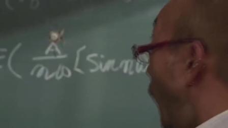 男主上课被老师丢粉笔头,被女友瞬间接住甩回去,击穿黑板