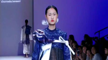 时装秀藏蓝色印花长裙,轻薄的黑纱拼接,轻盈飘逸饱含风情!