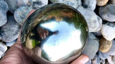 年轻收藏家捡起不起眼小球,外表金黄,不曾想是亿年化石