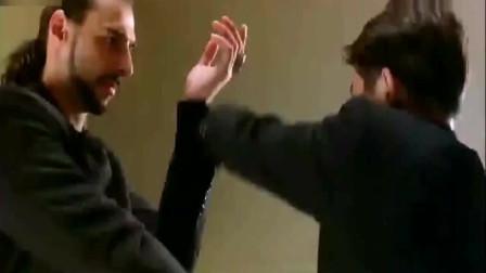李连杰动作电影 老外在手脚上使诈,杰哥一条皮带让他出不了招