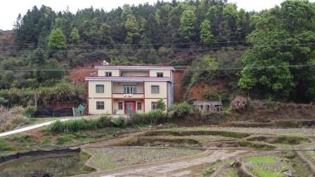 广西农村小伙打工10年,自学风水老家花80万建别墅,真是风水宝地!