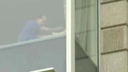 李嘉诚最后一天上班,坐在窗前拉筋:信任儿子,很开心!