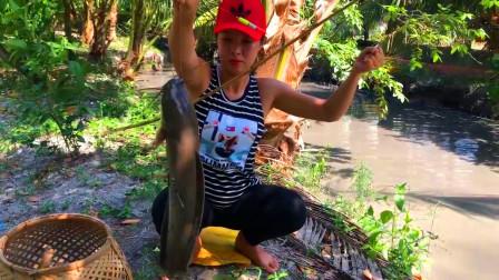 农村女孩钓鱼,这一条埃及胡子鲶,在臭气熏天的水沟里养这么大了