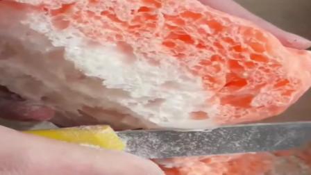 解压视频:微波炉叮完之后的夹心香皂,就是这么酥脆解压!
